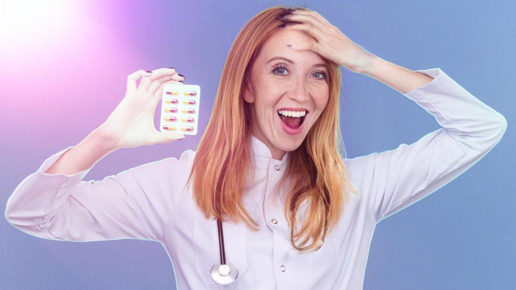 Радостная женщина доктор с лекарствами от мигрени