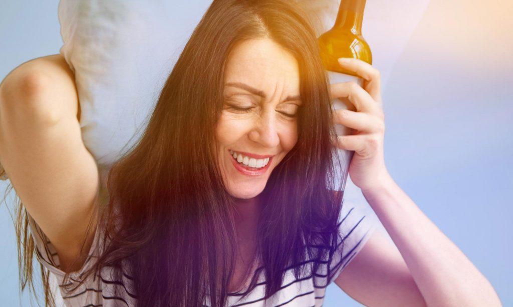 Приступ мигрени у женщины, употребившей алкоголь