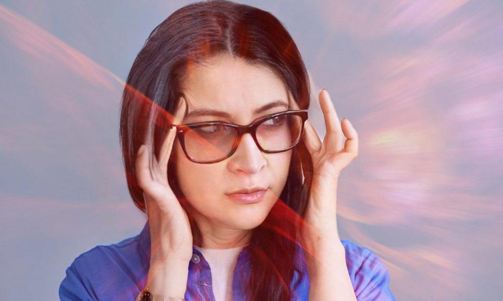 """Женщина испытывает зрительные галлюцинации """"фосфены"""" во время приступа мигрени с аурой"""