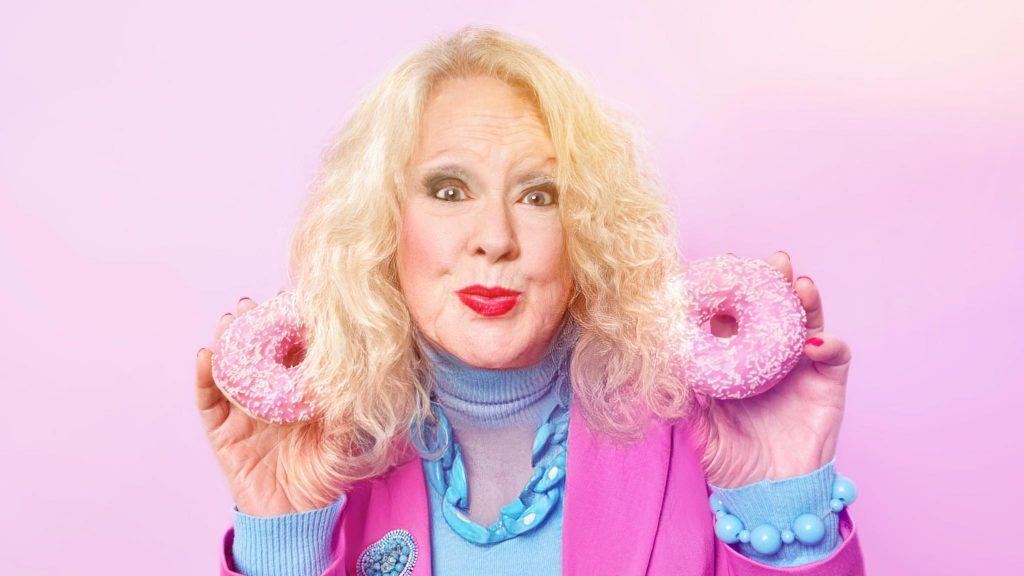 Пожилая женщина держит в руках пончики