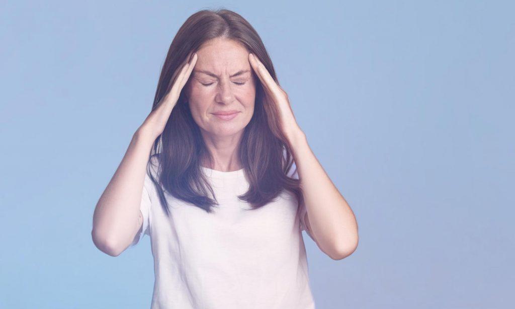 Женщина средних лет с сильной головной болью