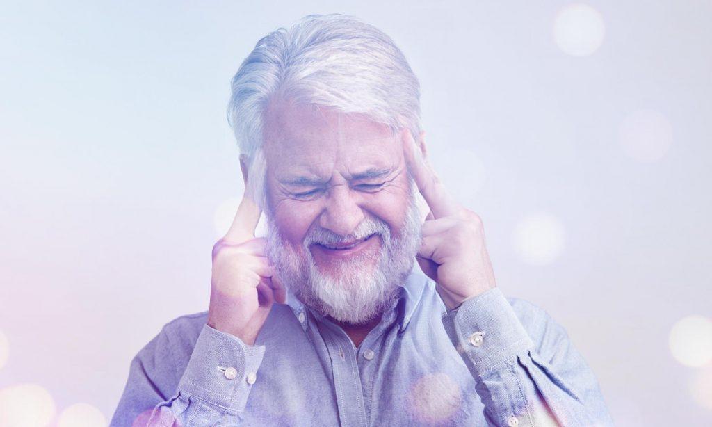 Мужчина 50-60 лет во время головной боли