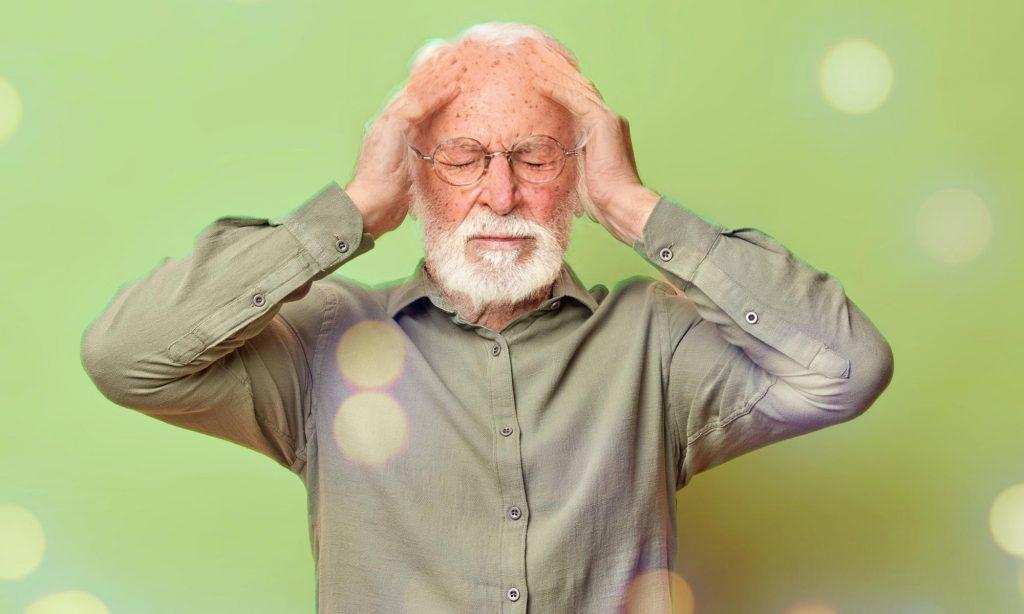 Приступ головной боли у пожилого мужчины