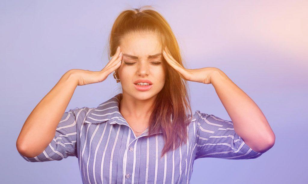 Девушка 30 лет во время одной из фаз мигренозного приступа