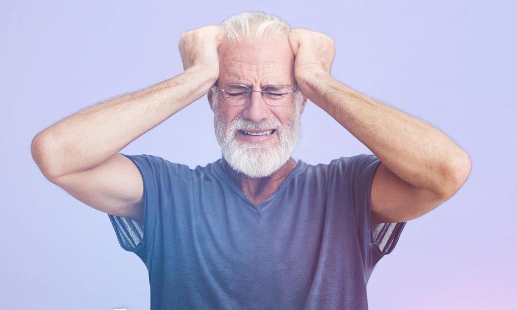 Мужчина 45 лет испытывает головную боль после стресса