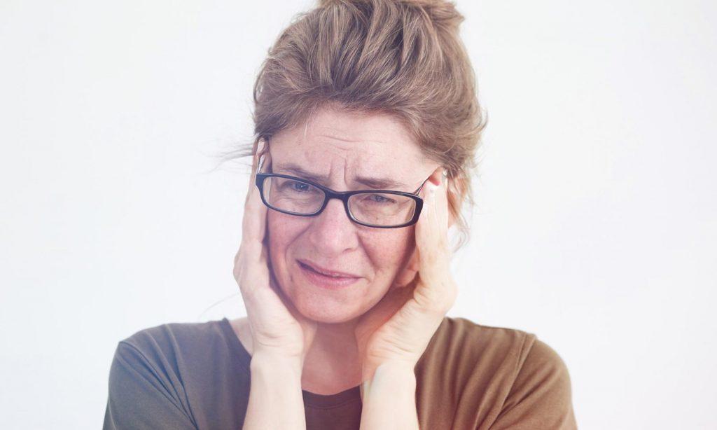 Женщина средних лет во время приступа мигрени